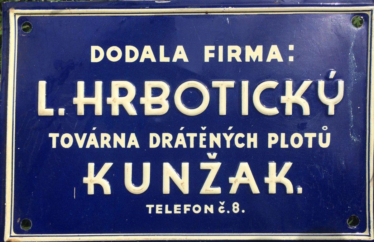 Originální starožitná plechová cedule - štítek Továrna drátěných plotů Kunžak Hrbotický