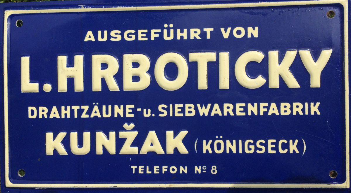 Originální starozitná plechová cedule - štítek Továrna drátěných plotů Kunžak Hrbotický v němčině
