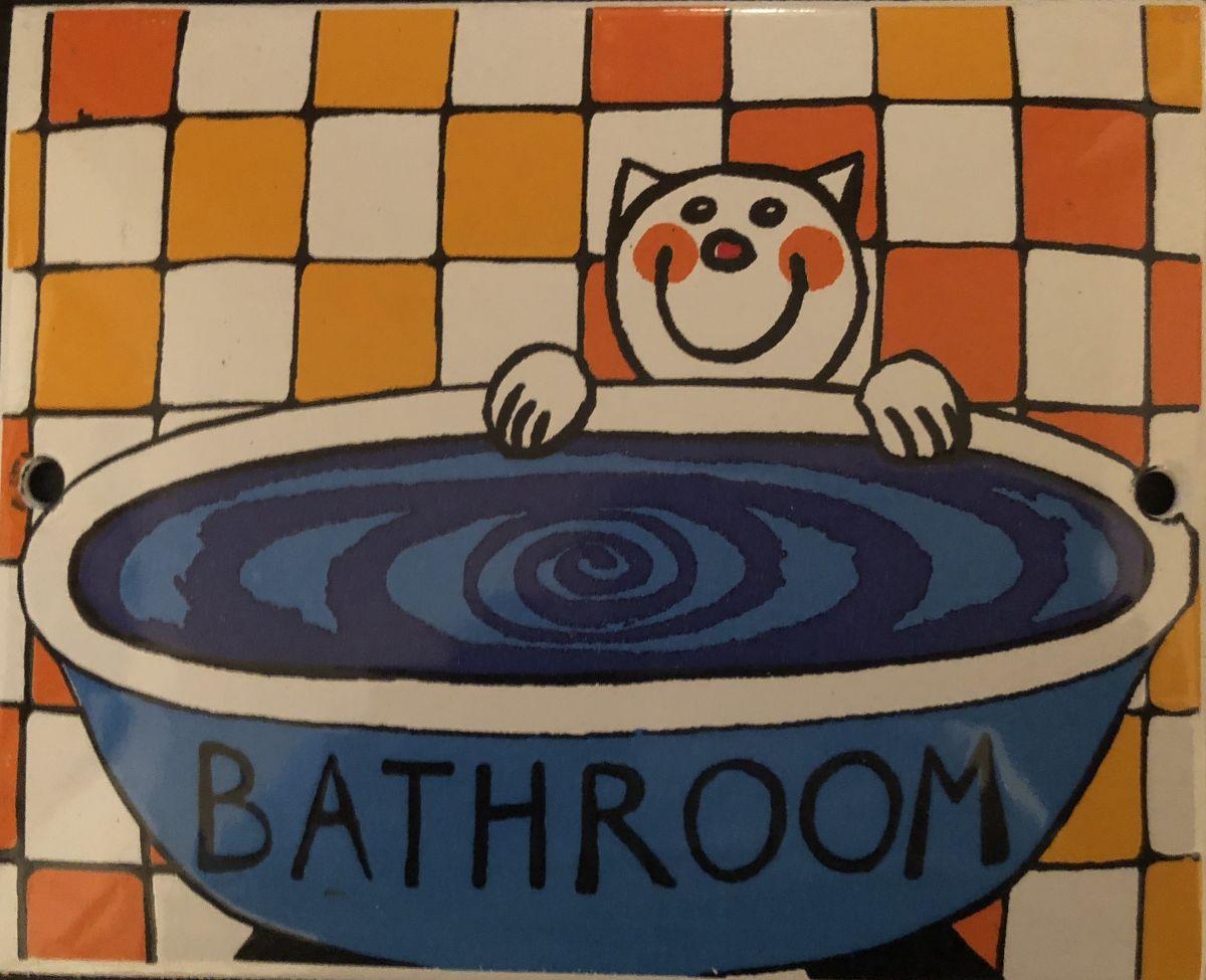 Smaltovaná cedulka na dveře Bathroom - koupelna Kočka ve vaně