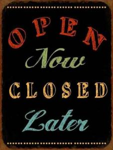 Plechová cedule Open now closed later